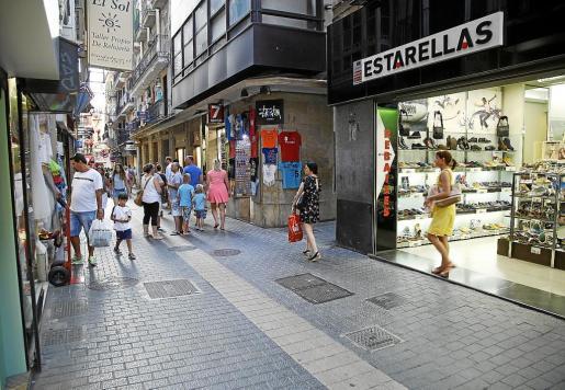 Los comercios al por menor, que tanto abundan en Baleares, son el segundo sector con más bajas laborales por contingencia común, sólo superados por los servicios de alojamiento. En la imagen una de las zonas comerciales de Palma.