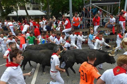 Cinco heridos y uno de ellos por asta de toro en el brazo, han puesto fin al séptimo encierro en la tradicional fiesta de los San Fermines en Pamplona.