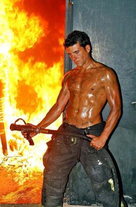 Ultima Hora fue testigo de una de las sesiones fotográficas más arriesgadas y emocionantes de este calendario, realizadas en el parque de bomberos de sa Taulera.