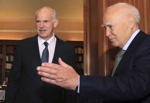 El presidente Papulias, a la derecha, recibe al primer ministro en el encuentro de ayer.
