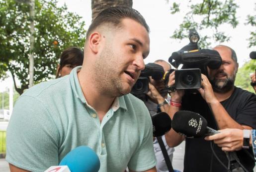 """José Ángel Prenda, uno de los cinco integrantes de """"La Manada"""", a su llegada este viernes al juzgado de guardia de Sevilla."""