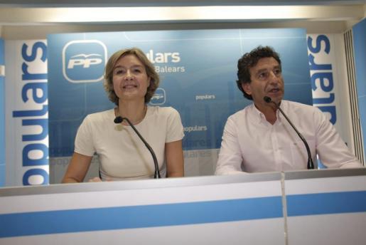 Isabel García Tejerina y Biel Company, este viernes en la sede del PP, en Palma.
