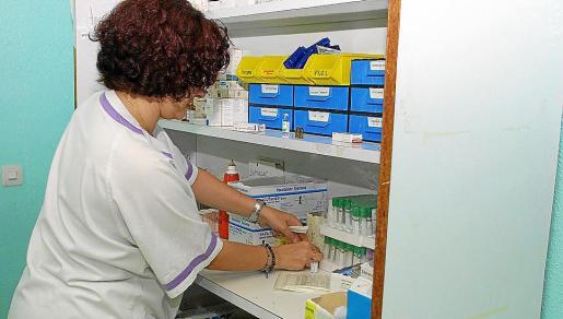 Una enfermera preparando los tubos para las analíticas.