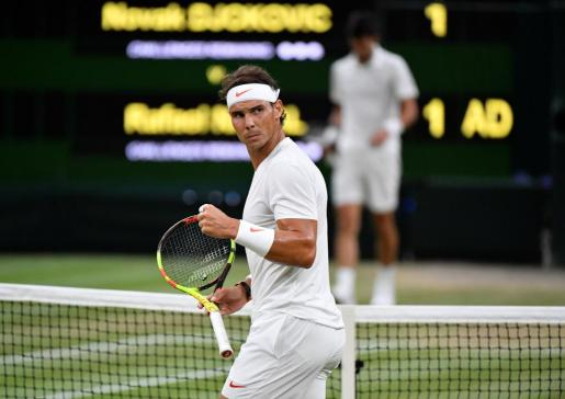 Rafael Nadal celebra un punto ante Djokovic en el primer set de la semifinal de Wimbledon.