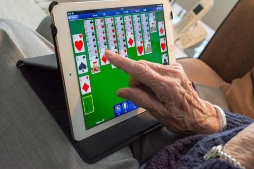 Cuatro de cada diez mayores de 65 años se conecta ya a internet con una frecuencia semanal.