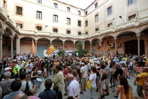 Activistas de los Comités de Defensa de la República (CDR) durante la acción que les llevó a ocupar y pasar la noche en el antiguo centro penitenciario de Barcelona.