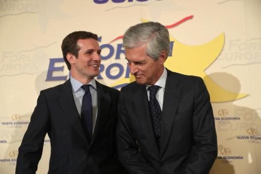 El candidato a la Presidencia del PP Pablo Casado (i), junto a Adolfo Suárez Illana (d), en un desayuno informativo organizado en un hotel de Madrid, al que ha asistido la secretaria general, María Dolores de Cospedal, que le ha dado su apoyo.