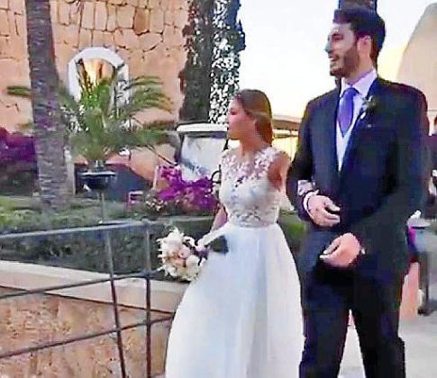 Juntos y cogidos del brazo. Los novios, Álex y Carla, aparecieron cogidos del brazo. Ella con un espectacular vestido blanco y un precioso ramo de rosas. Él muy elegante y sonriente.