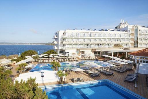 El Insotel Hotel Formentera Playa está situado junto a la bonita y tranquila playa de Migjorn.