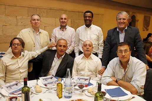 De pie: Toni Seguí, Sergio Vila, Juan Armenteros y Pedro Mir. Sentados: Ángel Cortés, Joan Catarro, Vicente Guerra y José Riudavets. Todos acompañaron a Miquel Soler, que fue premiado en la categoría de leyendas del fútbol español.