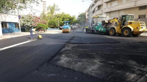 Trabajos de asfaltado en la calle Pasqual Ribot.