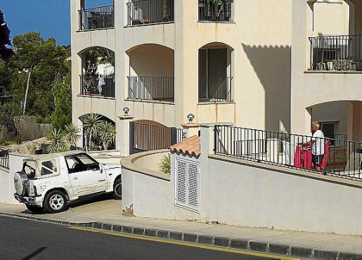 Los propietarios de los apartamentos ilegales de Cala Llamp apuran plazos legales para evitar la demolición de las viviendas y alquilarlas así a turistas que eligen el municipio de Andratx para sus vacaciones.