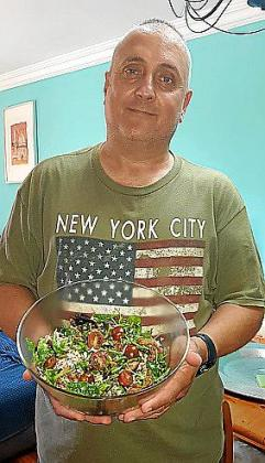 Toni Sánchez Jordà presenta su receta de ensalada templada de arroz salvaje.