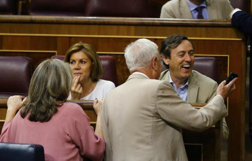 Hernando (derecha), junto a otros diputados del PP, en una imagen reciente en el Congreso