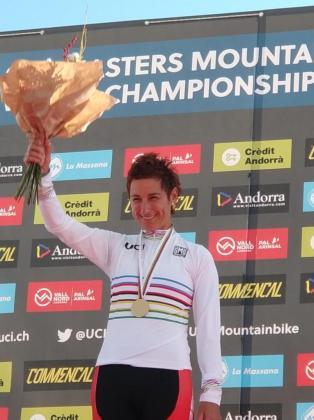 La ciclista mallorquina Marga Fullana (Massi), en el podio con el maillot arco iris que acredita a la 'llorencina' como campeona mundial de mountain bike, tras la prueba disputada en el duro circuito de Vallnord La Massana, en Andorra.