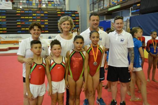 Manuela Poggio con su medalla de plata, junto a preparadores y compañeros.