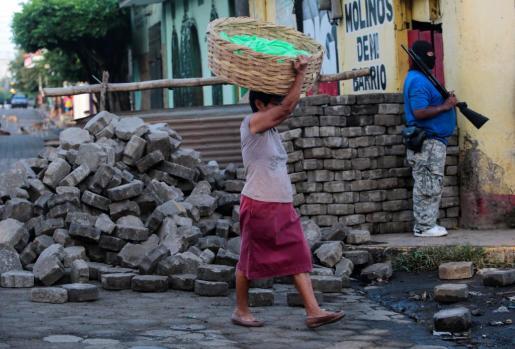Los residentes tratan de hacer su vida entre los enfrentamientos que casi a diario causan víctimas.