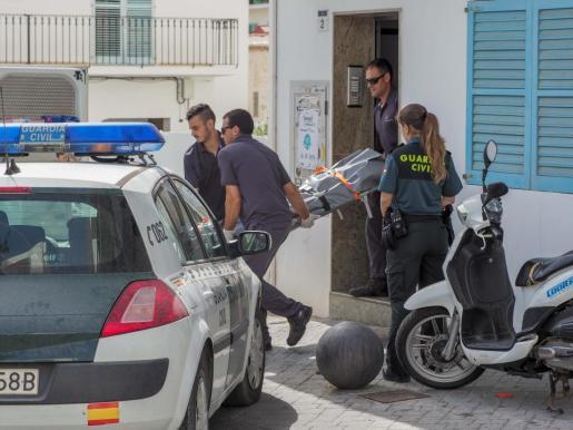 Traslado del cádaver del joven británico muerto por un puñetazo en Sant Antoni.