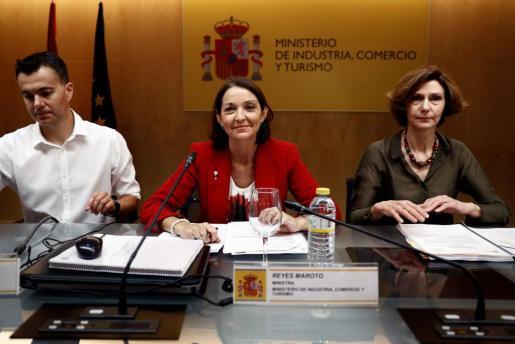 La ministra de Industria, Turismo y Comercio, Reyes Maroto, durante la reunión de la Conferencia Sectorial de Turismo, esta mañana en Madrid. A la derecha, Bel Oliver, secretaria de Estado de Turismo.