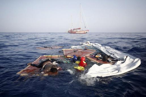 Fotografía facilitada por la ONG española Proactiva Open Arms de la embarcación naufragada en la que se rescató a una mujer superviviente y se recuperaron los cuerpos de una mujer y un niño de corta edad. Proactiva Open Arms ha pedido a las autoridades españolas un puerto para desembarcar a la superviviente y los cadáveres encontrados en el Mediterráneo central, al considerar que ni Italia ni Libia son países seguros.