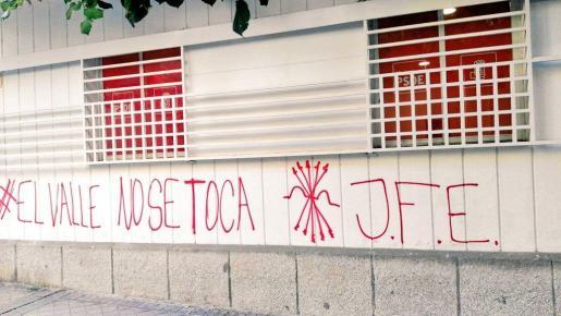 Pintadas en la sede del PSOE en Madrid.