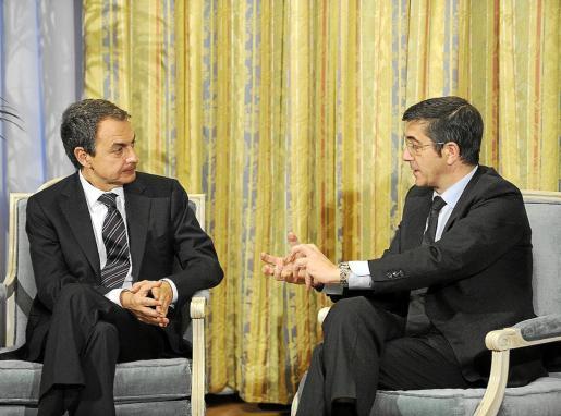 Rodríguez Zapatero y Patxi López durante el encuentro mantenido ayer en Ajuria Enea, Vitoria.