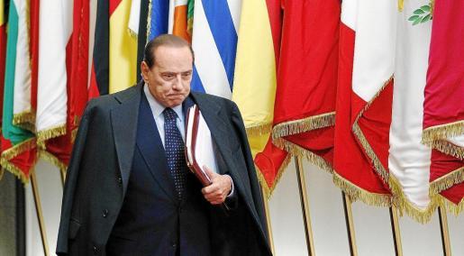 Berlusconi negó que vaya a dimitir acosado por las dimisiones internas, por Bruselas, por la prensa y por los mercados financieros.
