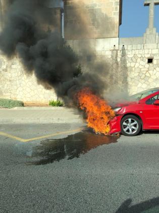 El Peugeot 307 se prendió fuego este miércoles.