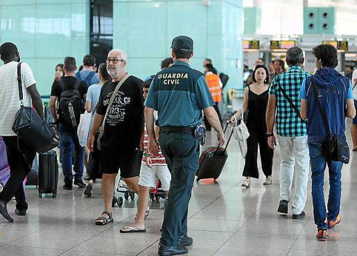 Un guardia civil en el aeropuerto.
