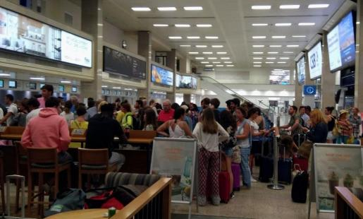 Más de un centenar de pasajeros que tenían previsto volar desde Malta a Barcelona se han quedado en tierra en el Aeropuerto Internacional de Luqa.