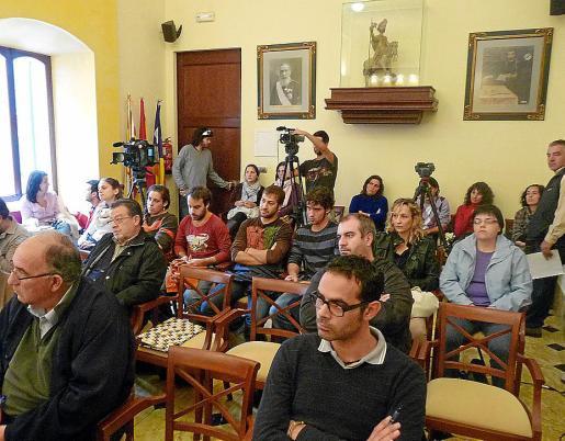 Un grupo de padres y madres de Son Macià estuvieron presentes en el pleno.