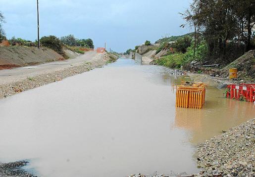 La zanja realizada para instalar las vías del tram-tren quedó completamente inundada.