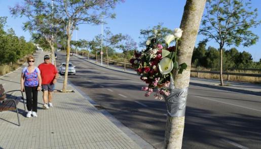 Flores en la zona del accidente en recuerdo de la alumna atropellada.