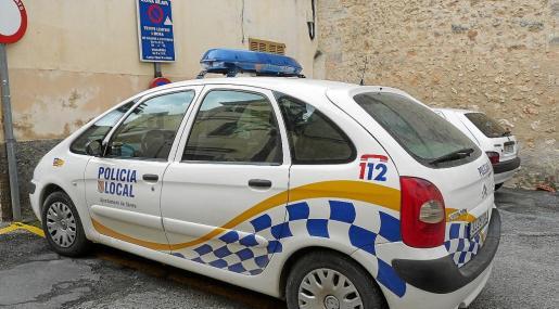 El gobierno municipal y la Policía Local de Sineu mantienen un enfrentamiento desde hace meses. En la foto, un coche ante sus oficinas.