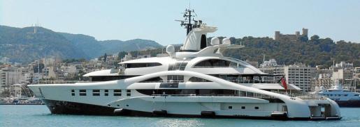 El futurista diseño del 'Palladium' destacó este jueves entrando en el Club de Mar, con Bellver al fondo.