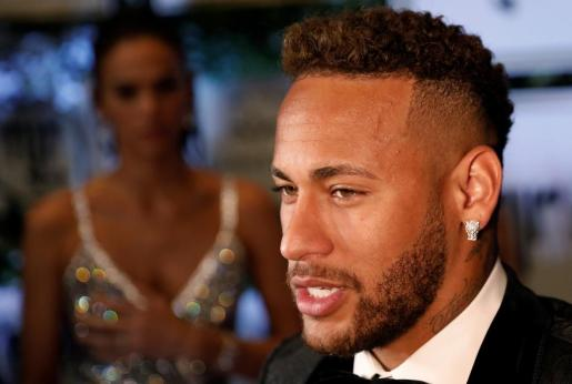 La estrella brasileña asistió la noche de este jueves a la segunda subasta de beneficencia organizada por el Instituto Neymar para ayudar a niños en riesgo de vulnerabilidad.