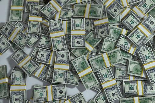 Abundante cantidad de dolares. Una mujer de Boston devuelve mas de un millón de dolares tras recibir el dinero por parte del banco de manera errónea.