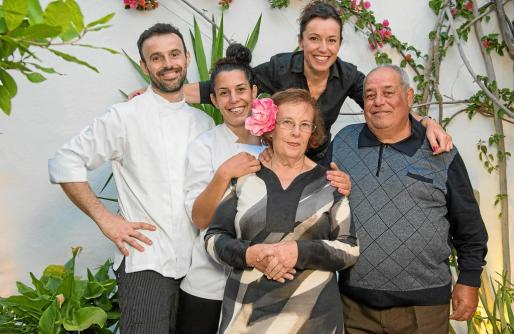José Miguel Bonet Cardona, con su madre, Antonia Cardona, su padre, Miguel Bonet, y sus hermanas, Marilina y Josefina.