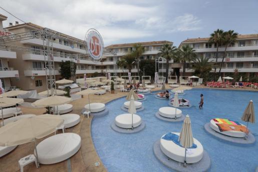 Imagen de la piscina del hotel BH Mallorca de Magaluf.