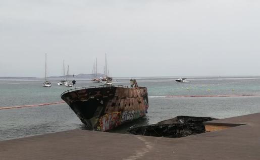«Acabo de llamar al 112 para denunciar las embarcaciones. Lo hice el pasado domingo y el lunes nos despertamos con dos embarcaciones quemadas», recuerda Aguilera.