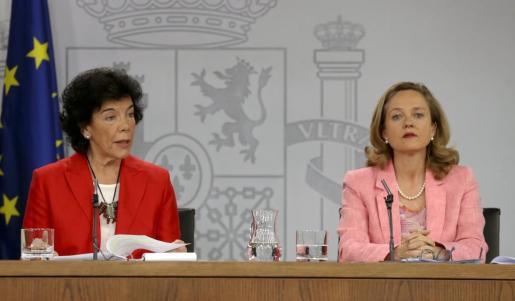 La ministra Portavoz Isabel Celaá, y de Economía Nadia Calviño (d), durante la rueda de prensa tras el Consejo de Ministros, en el Palacio de La Moncloa.