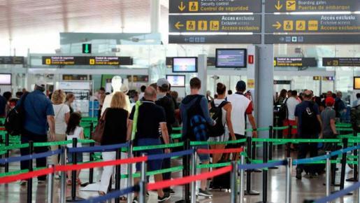 Vista general del aeropuerto de Barcelona donde varios pasajeros están a punto de embarcar.
