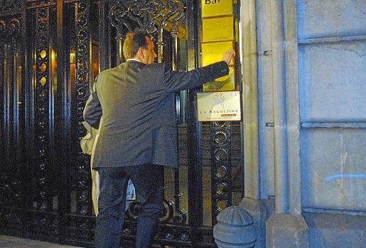 El fiscal Pedro Horrach en los registros en la calle Balmes de Barcelona.