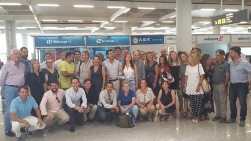 La delegación balear del PP en el aeropuerto.