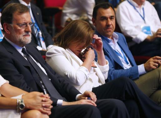 GRAF4005. MADRID, 20/07/2018.- El expresidente del Gobierno Mariano Rajoy (i), junto al coordinador general del PP, Fernando Martínez Maíllo (d), y a su a su esposa, Elvira Fernández Balboa (2d), quien se ha emocionado durante la celebración del Congreso Nacional del Partido Popular, hoy en Madrid. EFE/J.P.Gandul