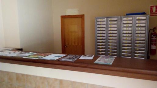 El espacio cedido a Correos en el Casal de Cultura. La puerta corresponde al cuarto donde estaban las más de 25.000 cartas que el cartero dejó de repartir y ha sido investigado por ello por la Guardia Civil.