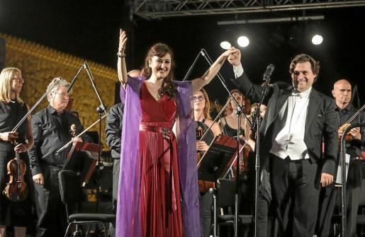 La mezzosoprano isleña Mª José Montiel junto al director de la Simfónica, Pablo Mielgo.