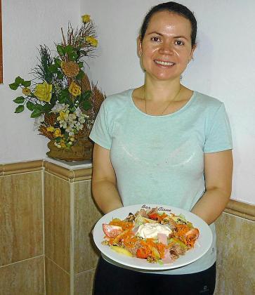 Itxel Robles Abarca prepara una ensalada tropical.