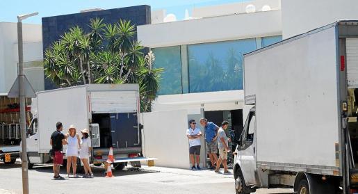 Varias camionetas estaban estacionadas delante de la mansión, donde se rueda 'Turn up Charlie'.