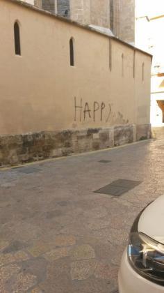 La pintada, en la que se puede leer la palabra Happy, es sobre el ábside la iglesia.